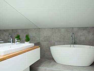 Moderne Badewanne Waschbecken mit grauen Fliesen